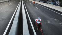 Peserta mengayuh kursi rodanya saat mengikuti perlombaaan lari 5K dan 10K dalam kegiatan Bogor Running Race di jalan Tol Bogor Outer Ring Road (BORR), Bogor (01/04). (Merdeka.com/Arie Basuki)