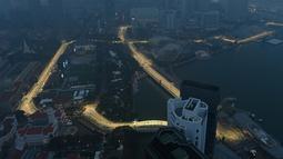 Suasana malam di Sirkuit Marina Bay Street yang diselimuti kabut asap di Singapura (18/9/2019). GP Singapura 2019 dijadwalkan berlangsung di Sirkuit Jalan Raya Marina Bay, 20-22 September. (AFP Photo/Mladen Antonov)