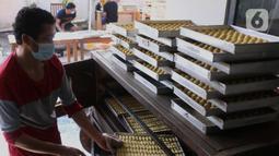 Pekerja tengah membuat kue kering di industri rumahan Dea cake di Tangerang, Selasa (27/4/2021). Meskipun dimasa pandemi di saat ramadhan permintaan kue kering di tempat tersebut meningkat 100 persen dari pada tahun sebelumnya.  (Liputan6.com/Angga Yuniar)