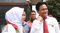 Kuasa hukum Rachmawati Soekarnoputri, Yusril Ihza Mahendra (kanan) saat berada di Mako Brimob Kelapa Dua, Depok, Jawa Barat, Jumat (2/12). (Liputan6.com/Herman Zakharia)