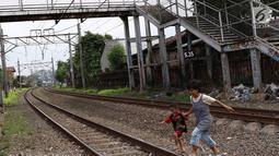 Warga melintas di bawah JPO berkarat dan tidak terawat di kawasan Tebet, Jakarta, Selasa (6/3). Kondisi JPO yang memprihatinkan menyebabkan sebagian warga memilih untuk tidak menggunakannya karena membahayakan keselamatan. (Liputan6.com/Immanuel Antonius)