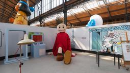 Penataan area pameran terlihat saat hari pembukaan Festival Komik Setrip Brussel di Gare Maritime of Tour & Taxis di Brussel, Belgia, pada 11 September 2020. Akibat dampak COVID-19, jumlah peserta pameran dan pengunjung di festival itu mengalami penurunan tahun ini. (Xinhua/Zheng Huansong)