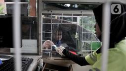 Petugas melayani tiket parkir pengunjung di Sumarecon Mall Bekasi, Jawa Barat, Kamis (28/5/2020).  Penerapan New Normal akan diterapkan mulai dari penggunaan masker, Social Distancing, hingha pembatasan jumlah pengunjung 50 persen dari biasanya. (merdeka.com/Iqbal S. Nugroho)