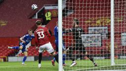 Bek Leicester City, Luke Thomas (kiri) melepaskan tendangan yang berbuah gol pertama timnya ke gawang Manchester United dalam laga lanjutan Liga Inggris 2020/2021 pekan ke-35 di Old Traffod Stadium, Manchester, Selasa (11/5/2021). Leicester menang 2-1 atas Manchester United. (AP/Peter Powell/Pool)