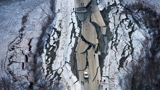 Foto udara kerusakan di Vine Road setelah gempa bumi melanda Wasilla di Alaska, Jumat (30/11). Gempa bermagnitudo 7.0 dan 5.7 menghancurkan jalan raya dan gedung-gedung serta memicu peringatan gelombang tsunami. (Marc Lester/Anchorage Daily News via AP)