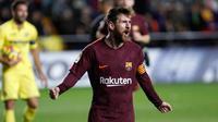 Pemain Barcelona, Lionel Messi berselebrasi setelah mencetak gol ke gawang Villarreal pada jornada ke-15 La Liga di Stadion Ceramica, Minggu (10/12). Barcelona menang 2-0 usai Villarreal bermain dengan sepuluh orang di babak kedua. (AP/Alberto Saiz)
