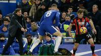Manajer Chelsea Antonio Conte memberi instruksi saat pemain Chelsea Ross Barkley dan pemain Bournemouth, Ryan Fraser berebut bola pada laga pekan ke-25 Premier League 2017-2018 di Stamford Bridge, Rabu (31/1).  Chelsea kalah telak 0-3. (AP /Tim Ireland)