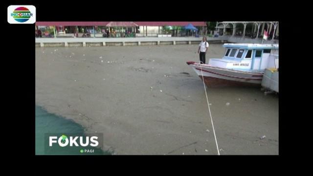 Material abu vulkanik Gunung Anak Krakatau telah tiba di wilayah Kepulauan Seribu, Jakarta Utara. Saking banyaknya, bentuk abu vulkanik tersebut menyerupai lumpur yang menutupi air.