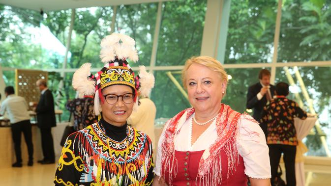Menlu Retno Marsudi berfoto bersama dengan perwakilan negara sahabat. (Foto: Kemlu RI)