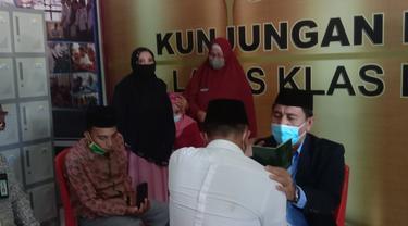 Warga binaan saat melakukan ijab kabul di Lapas Kelas IIA Gorontalo (Arfandi Ibrahim/Liputan6.com)