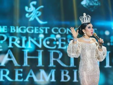 Penyanyi Syahrini tampil dalam konser bertajuk The Biggest Concert 'Dream Big' di Studio Emtek, Jakarta, Jumat (29/1). Syahrini terlihat percaya diri dengan gaun putih bertabur perhiasan mewah dan mengenakan mahkota indah. (Liputan6.com/Faizal Fanani)