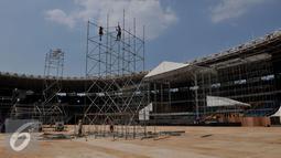 Sejumlah pekerja membangun panggung untuk konser bertajuk 'Bon Jovi Live di Gelora Bungkarno, Jakarta, Minggu (6/9/2015). Rencananya panggung untuk konser Bon Jovi dirancang berbeda dengan konser-konser sebelumnya. (Liputan6.com/Johan Tallo)
