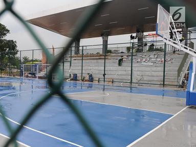 Suasana lapangan basket di Proyek pembangunan alun-alun kota Depok, Jawa Barat, Rabu (9/1). Proyek pembangunan alun-alun kota Depok Tahap pertama seluas 1,8 hektare dengan biaya Rp32 miliar. (Liputan6.com/Herman Zakharia)