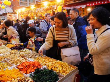 Warga Taiwan berburu berbagai makanan lezat untuk merayakan Tahun Baru Imlek di Pasar Dihua Street, Taipei, Selasa (29/1). (AP Photo/Chiang Ying-ying)