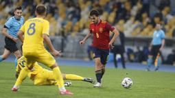 Pemain Spanyol Dani Ceballos (tengah) mengontrol bola saat menghadapi Ukraina pada pertandingan UEFA Nations League di Olimpiyskiy Stadium, Kyiv, Ukraina, Selasa  (13/10/2020). Ukraina memenangkan pertandingan tersebut 1-0. (AP Photo/Efrem Lukatsky)