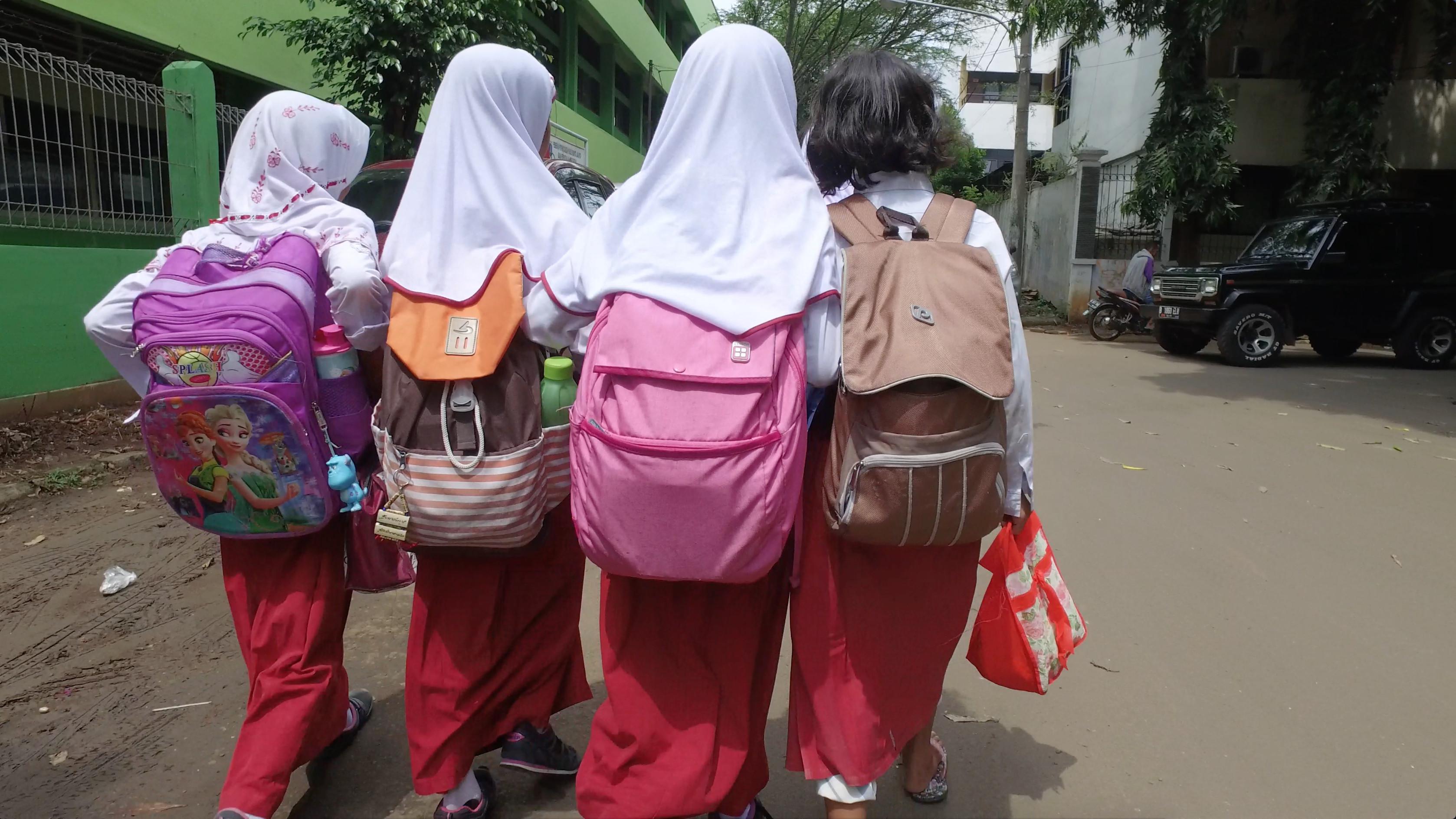 Sejumlah Anak SD Menggendong Tas yang kelebihan Beban (Liputan6.com/Mochamad Khadafi)