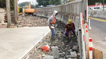 Pekerja menyelesaikan proyek revitalisasi trotoar di kawasan Bundaran Hotel Indonesia, Jakarta, Selasa (24/9/2019). Pemerintah Provinsi (Pemprov) DKI tengah mengebut pembangunan revitalisasi trotoar di sejumlah titik Ibu Kota yang ditargetkan rampung akhir 2019 mendatang. (Liputan6.com/Angga Yuniar)