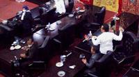 Tangkapan layar video paripurna DPRD Kabupaten Solok yang ricuh, Rabu (18/8/2021).