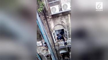 Aksi heroik seorang pria menyelamatkan korban kebakaran dengan cara memanjat dinding. Ia dijuluki spiderman dalam kehidupan nyata.