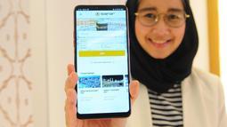 Seorang wanita menunjukkan aplikasi Safar dari telepon genggam saat soft launching di Jakarta, Kamis (2/5/2019). Aplikasi Safar dilengkapi dengan tiga fase pendampingan bagi jemaah, mulai dari persiapan, keberangkatan sampai kedatangan jemaah ke Tanah Air. (Liputan6.com/Angga Yuniar)