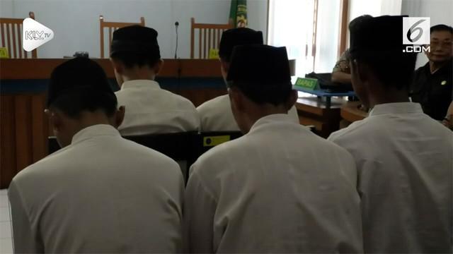 Hakim PN Bandung memvonis bebas salah sau Bobotoh atau suporter Persib penganiaya suporter Perseija Haringga Sirla. Hakim menilai terdakwa tidak terbukti menganiaya jakmania hingga tewas