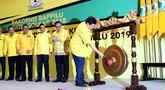 Ketua Umum DPP Partai Golkar, Airlangga Hartarto (kanan) memukul gong tanda dibukanya Rakornis Bappilu Partai Golkar 2018 di Jakarta, Sabtu (20/10). Rakornis membahas persiapan kampanye pada Pemilu 2019. (Liputan6.com/Helmi Fithriansyah)