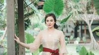 Pesona Nora Alexandra dalam Balutan Kebaya Bali. (Sumber: Instagram/ncdpapl)