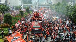 Konvoi kemenangan Persija pada Liga 1 di Jalan MH Thamrin, Jakarta, Sabtu (15/12). Konvoi dimulai dari Gelora Bung Karno (GBK) sampai Balai Kota DKI Jakarta. (Merdeka.com/Imam Buhori)