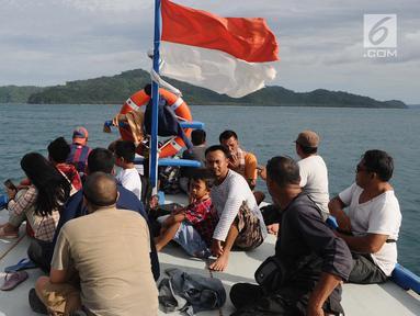 Penumpang menaiki kapal untuk menyeberang dari pelabuhan Pulau Sebesi, Lampung, Senin (31/12). Dari Sebesi ke Dermaga Canti, hanya ada satu kapal yang menyeberang pada pukul 07.00 WIB bertarif Rp 20.000 per orang. (Liputan6.com/Herman Zakharia)