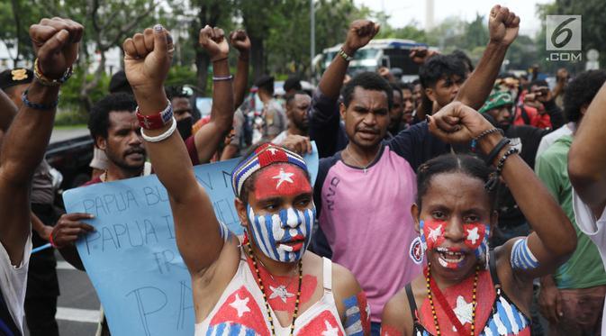 Mahasiswa Papua yang tergabung dalam Aliansi Mahasiswa Anti Rasisme, Kapitalisme, Kolonialisme, dan Militerisme berunjuk rasa di depan Istana Merdeka, Jakarta, Rabu (28/8/2019). Mereka menuntut diberikan hak untuk menentukan nasib sendiri melalui referendum. (Liputan6.com/Angga Yuniar)