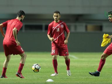 Aksi para pemain muda Bahrain saat uji coba lapangan di Stadion Pakansari, Bogor, (26/4/2018). Bahrain menjadi salah satu peserta yang akan mengikuti ajang PSSI Anniversarry Cup 2018. (Bola.com/Nick Hanoatubun)