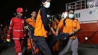 Personil SAR Gabungan membawa kantong jenasah yang diturunkan dari KN SAR Sadewa di Pelabuhan JICT 2, Jakarta, Rabu (31/10). 189 orang menjadi korban jatuhnya pesawat Lion Air JT- 610, Senin (29/10) lalu. (Liputan6.com/Helmi Fithriansyah)