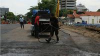 Sudah diaspal, Jalan Raya Gubeng segera diuji coba. (Liputan6.com/Dian Kurniawan)