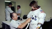 Anna Fisher menjalani STS-51A dengan pesawat ulang-alik Discovery pada 1984, beberapa bulan setelah melahirkan putri pertamanya (Credit: NASA)
