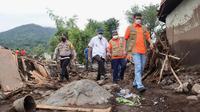 Kepala BNPB Doni Monardo melakukan peninjauan pasca bencana banjir bandang melanda Kabupaten Lembata, Flores, Nusa Tenggara Timur (NTT), Selasa (6/4/2021). (Badan Nasional Penanggulangan Bencana/BNPB)