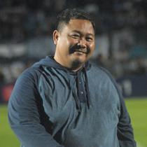 GM PSIS Semarang, Wahyu Winarto di tengah lapangan usai PSIS menang atas Bali United di Stadion Moch Soebroto, Magelang, Jumat (15/11/2019). (Bola.com/Vincentius Atmaja)