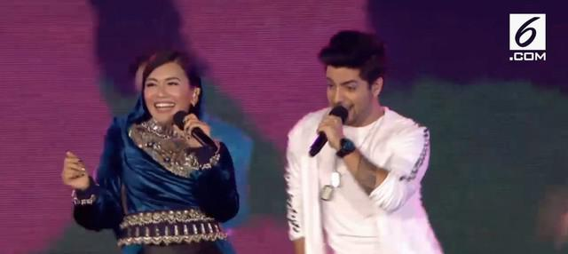 Denada berduet dengan penyanyi India mengajak seluruh penonton Closing Asian Games 2018 berjoget bersama.