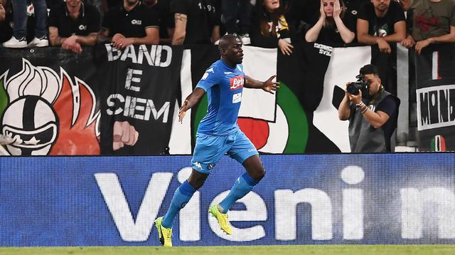 Bek Napoli, Kalidou Koulibaly melakukan selebrasi usai mencetak gol ke gawang Juventus pada lanjutan Liga Serie A Italia di Stadion Allianz di Turin (22/4). Kalidou Koulibaly mencetak gol di menit 90. (AFP Photo/Marco Bertorello)