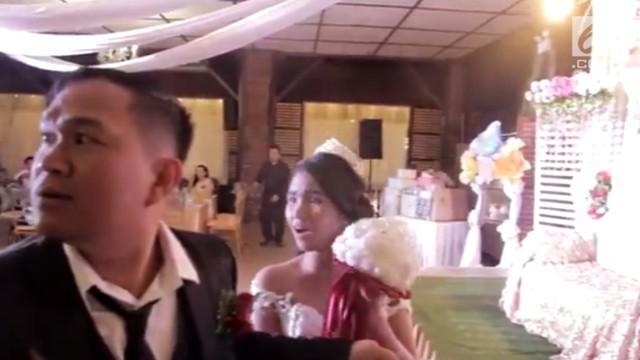 Momen sepasang pengantin ketika bersiap melempar buket pernikahan, tiba-tiba mencekam akibat Topan Mangkhut tiba di lokasi pernikahan.