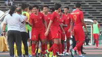 Bek Timnas Indonesia U-22, Firza Andika, bersalaman dengan staff Malaysia U-22 usai laga Piala AFF U-22 2019 di Stadion National Olympic, Phnom Penh, Selasa (20/2). Kedua negara bermain imbang 2-2. (Bola.com/Zulfirdaus Harahap)