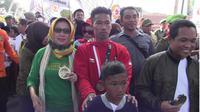 Raih 3 Medali Asian Games, Atlet Sepak Takraw Saiful Rizal Terharu Diarak Keliling Lumajang. (Liputan6.com/Dian Kurniawan