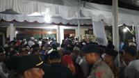 Ribuan pelayat memadati kompleks Ponpes Buntet Cirebon untuk melayat hingga mengantar KH Nahduddin Royandi Abbas ke persemayaman terakhir. Foto (Liputan6.com / Panji Prayitno)