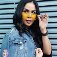 Anti ribet, pilihan lipstik seleb yang ceriwis ini kekinian banget. (Sumber foto: melaney_ricardo/instagram)