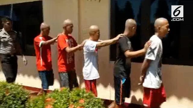 Lima tahanan yang melarikan diri setelah berhasil membobol jeruji besi tahanan Milik Polsek Baras, Kabupaten Pasangkayu, Sulawesi Barat, Jumat pekan lalu, akhirnya ditangkap petugas.