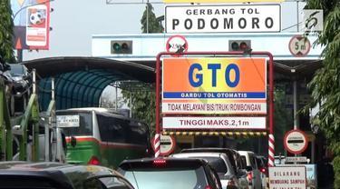 Simulasi penutupan jalan Tol Podomoro untuk kontingen Asian Games 2018 berlangsung semrawut, banyak kendaraan lain yang mencoba masuk hingga sebabkan macet panjang.