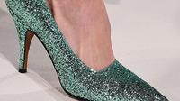 Sepatu berlapis glitter, membuat kita mudah dikenali dan tampil bak Cinderella sekejap mata.
