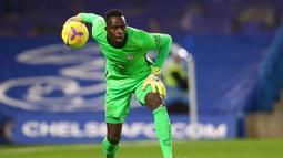 1. Edouard Mendy (Chelsea). Kiper asal Senegal ini menjadi pilihan utama Chelsea setelah dikontrak dari Rennes pada awal musim 2020/2021. Kiper Afrika pertama yang berlaga di Premier League sejak Carl Ikeme bermain untuk Wolverhampton pada musim 2011/2012. (AFP/Clive Rose/Pool)