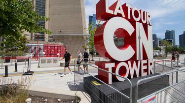 Sejumlah pengunjung yang mengenakan masker mengunjungi CN Tower di Toronto, Kanada, pada 15 Juli 2020. Setelah ditutup akibat pandemi COVID-19, CN Tower dibuka kembali untuk umum mulai Rabu (15/7), dengan pengunjung diwajibkan mengenakan masker atau penutup wajah di dalam menara . (Xinhua/Zou Zheng)