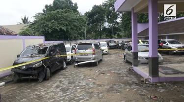 Polda Banten mengumpulkan kedaraan milik korban tsunami yang berserakan di pinggir jalan, parkiran hotel dan penginapan