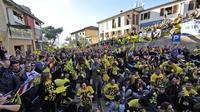 Fans Valentino Rossi berkumpul di Tavullia, Italia. (Corriere.it)